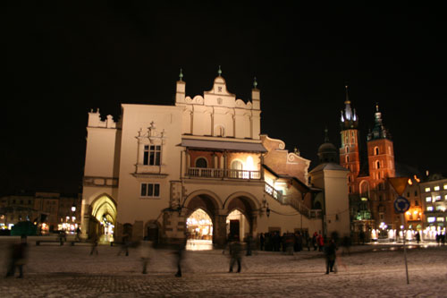 Krakóws famous mainsquare Rynek at night, with entrance to market hall