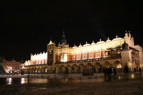 Krakóws famous mainsquare Rynek at night